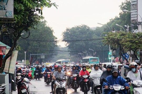Ghi nhận đến 18h chiều cùng ngày, nhiều khu vực trong nội thành vẫn bị ngập sâu. Trong khi đó, cơn mưa chưa dứt hẳn khiến giao thông ở nhiều tuyến đường bị ùn ứ, người dân phải di chuyển hết sức khó khăn.