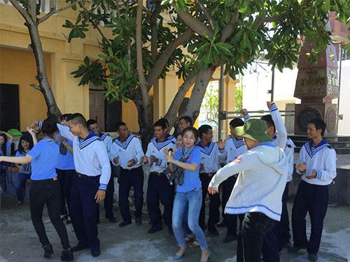 Chiến sĩ trên đảo Sinh Tồn Đông giao lưu văn nghệ với các ca sĩ đến từ TP HCM