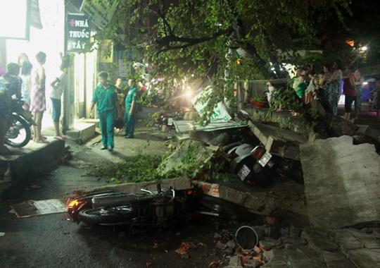 TP HCM: Mưa lớn, gió lốc làm đổ cổ thụ, 4 người bị tường đè