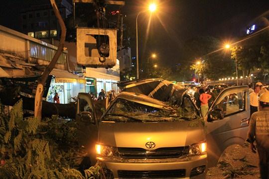Chiếc xe 10 chỗ bị cây cổ thụ đè bẹp trên đường Đinh Tiên Hoàng (quận 1-TP HCM)