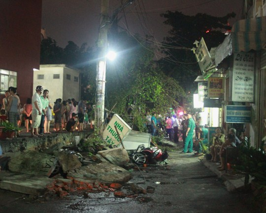 Hiện trường đoạn tường bao đổ sập đè trúng nhiều xe máy và làm 2 người bị thương