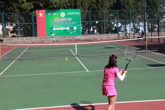 Thùy Linh và Hoàng Linh (Tây Ninh) đang đánh với tại sân 1.