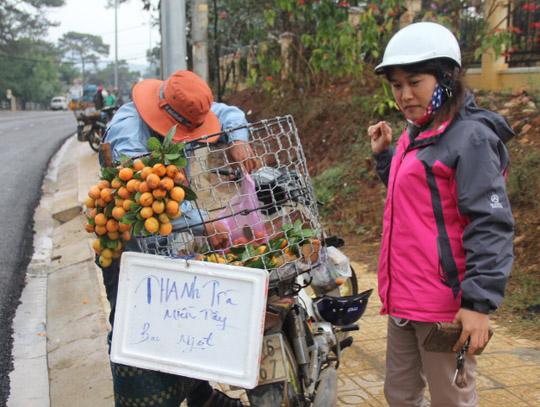 Nhiều người dân Đà Lạt thích thú với trái thanh trà