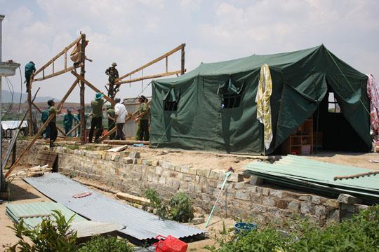 Hàng chục chiến sĩ công an và bộ đội đến sữa chữa cho nhà dân