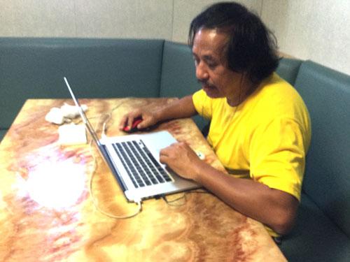 Nhạc sĩ Phạm Đăng Khương miệt mài với việc dựng clip ký sự Trường Sa Về nơi đảo xa