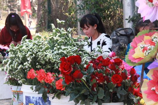 Các tiểu thương phải nhập thêm hoa hồng để bán thêm