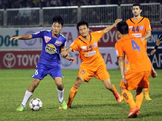 Xuân Trường (trái) trong một pha tranh bóng với các cầu thủ Đà Nẵng