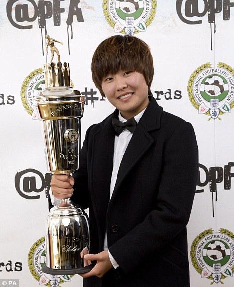 Cầu thủ nữ xuất sắc nhất Ji So-yun và Leah Williamson (ảnh dưới), cầu thủ trẻ nữ xuất sắc nhất năm