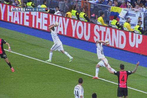 Hai cầu thủ Real Madrid cùng sốt sắng ném biên ở phút 42