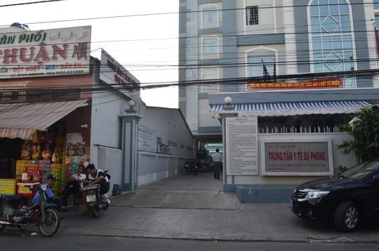 Vụ 2 bác sĩ đánh nhau xảy ra ngay trước Trung tâm Y tế dự phòng tỉnh Vĩnh Long. Ảnh: Nh. Thanh/NLĐO