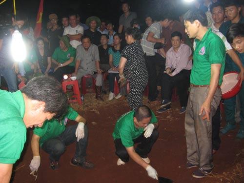 """Nguyễn Thanh Thúy (mặc áo bạc ngồi giữa) trong một lần bốc """"hài cốt liệt sĩ"""""""