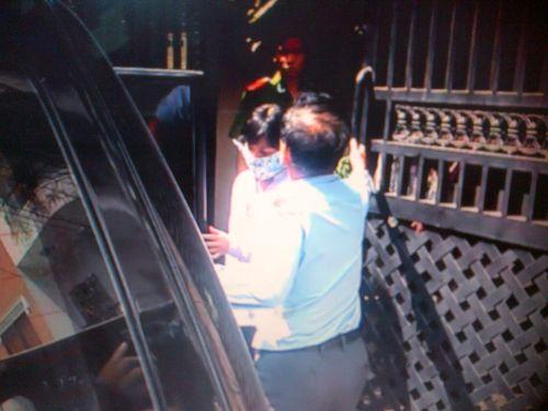 Bà Lê Nguyễn Thị Ái Trâm (người mang khẩu trang) bị bắt tại nhà riêng ở quận tân Bình – TP HCM.