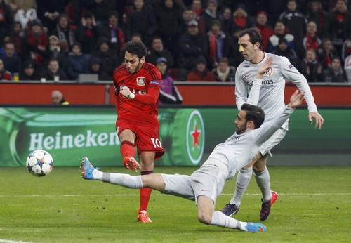 Hakan Canacoglu (10) ghi bàn duy nhất cho Leverkusen