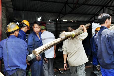 Gần 300 công nhân đào lò tinh nhuệ đã được huy động, thay phiên nhau đào đường lò mới nhằm sớm tiếp cận vị trí công nhân mắc kẹt