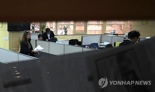 Các công tố viên kiểm tra văn phòng của Kosteel Co.,  một đối tác của tập đoàn POSCO, hôm 7-4. Ảnh: Yonhap