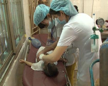 Cấp cứu một trường hợp trẻ em đuối nước ở huyện Châu Thành (Đồng Tháp) nhưng bất thành. Ảnh: Nguyễn Huynh