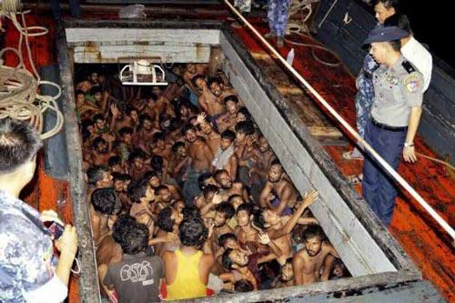 Cảnh sát Myanmar phát hiện một tàu cá chật ních người di cư trái phép ở bờ biển phía tây Rakhine của Myanmar hồi cuối tháng 5 Ảnh: EPA