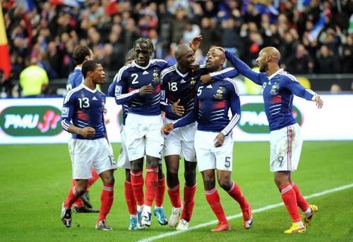 Tuyển Pháp vui mừng với việc giành vé đến Nam Phi 2010 với Anelka (9) và Gallas (5) lập công ở hai trận đấu vớt