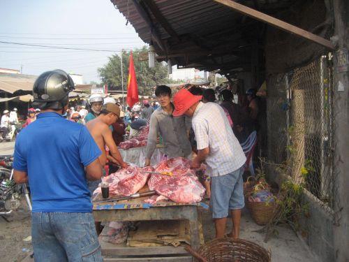 Người bán thịt heo không nghỉ tay