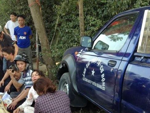 Người thân của nạn nhân đang đau đớn tại hiện trường vụ tai nạn xe cảnh sát tông chết 2 người đi bộ sát lề đường