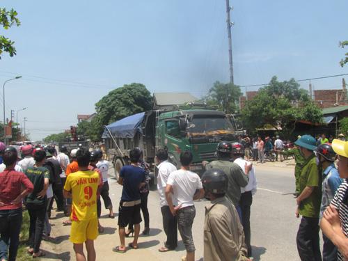 Hiện trường vụ tai nạn xe tải cán chết nữ giáo viên tiểu học trên đường đi dạy về
