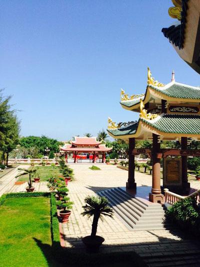Khuôn viên đền thờ và mộ cụ Đồ Chiểu ở huyện Ba Tri, tỉnh Bến Tre Ảnh: HẢI NGUYỄN