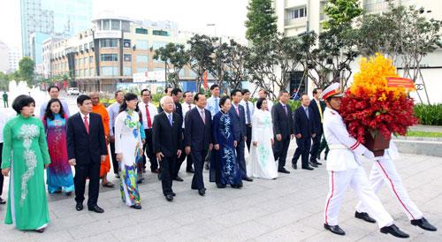 Phó Chủ tịch nước Nguyễn Thị Doan cùng lãnh đạo TP HCM dâng hoa tại tượng đài  Chủ tịch Hồ Chí Minh vào sáng 31-8 nhân kỷ niệm 70 năm Cách mạng Tháng Tám  và Quốc khánh 2-9 Ảnh: TTXVN
