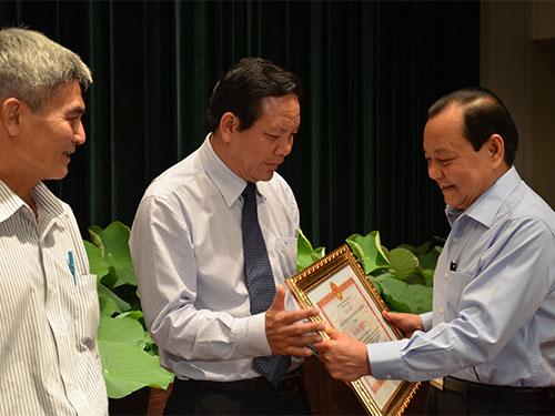 Ủy viên Bộ Chính trị, Bí thư Thành ủy TP HCM Lê Thanh Hải tặng bằng khen cho đại diện các tập thể có thành tích xuất sắc trong công tác giảm nghèo
