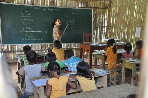 Nhiều giáo viên ở huyện Tây Trà, tỉnh Quảng Ngãi học xong hệ cử tuyển chỉ dạy hợp đồng vài tháng chứ chưa tìm được việc làm chính thức Ảnh: Tử Trực