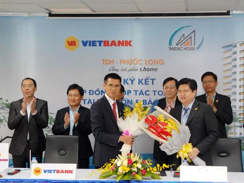 Ông Nguyễn Thanh Nhung, Tổng Giám đốc VietBank (bên trái) và đại diện Thuduc House) đã ký kết Thỏa thuận hợp tác toàn diện tài trợ vốn và bảo lãnh dự án chung cư TDH – Phước Long.