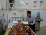 Phóng viên Báo Người Lao Động trao 5 triệu đồng hỗ trợ của Công ty Vận tải T-H cho anh Cao Tiến Vỹ