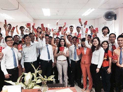 Cán bộ, nhân viên Công ty Kim Oanh tận tâm phục vụ khách hàng