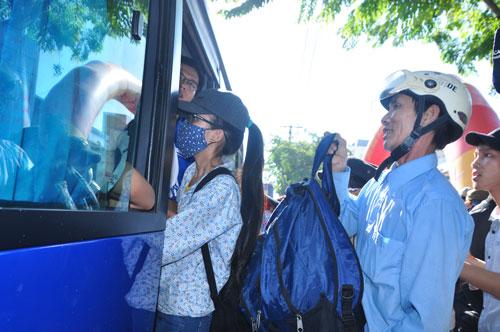 Sáng 28-6, Tỉnh đoàn và Hội Doanh nhân trẻ Quảng Ngãi tổ chức đưa 1.100 học sinh là con em của các gia đình nghèo vào tỉnh Bình Định để dự thiẢnh: TỬ TRỰC