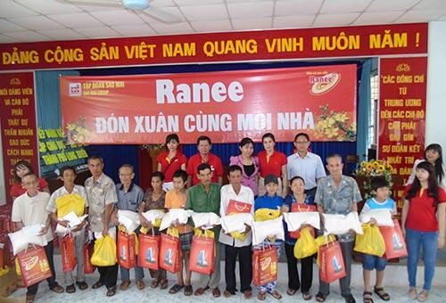 Tặng quà cho các hộ nghèo tại các tỉnh ĐBSCL