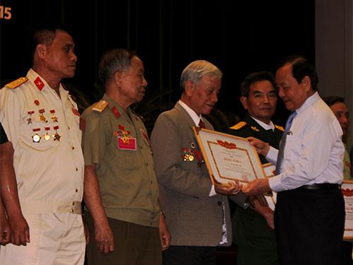 Bí thư Thành ủy TP HCM Lê Thanh Hải tặng bằng khen của Bộ Lao động - Thương binh và Xã hội cho người có công