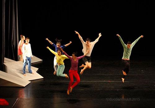 """Cảnh trong vở múa đương đại """"Mái nhà"""". (Ảnh do ban tổ chức cung cấp)"""