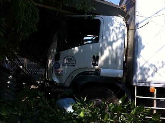 Chiếc xe của công ty chuyển phát nhanh tông sập nhà dân