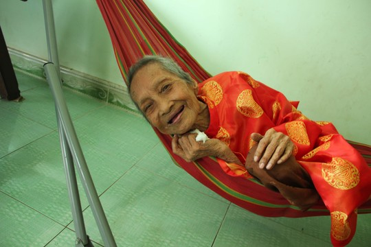 Cụ Nguyễn Thị Trù vẫn khỏe mạnh và tươi cười ở tuổi 122 trong bức ảnh mới chụp ngày 22-4 (ảnh do Vietkings cung cấp)