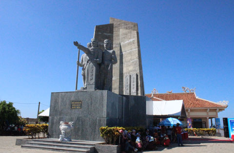 Tượng đài Đội Hoàng Sa kiêm quản Bắc Hải trên đảo Lý Sơn