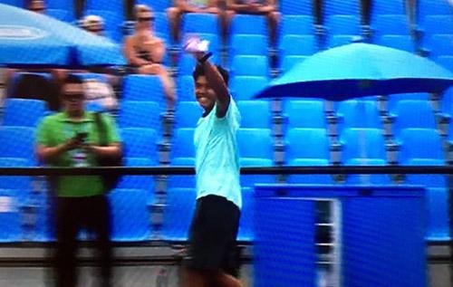Hoàng Nam chào khán giả sau khi chiến thắng