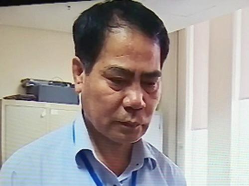 Ông Hoàng Thế Trung lúc nghe Cơ quan điều tra đọc lệnh khởi tố, bắt tạm giam