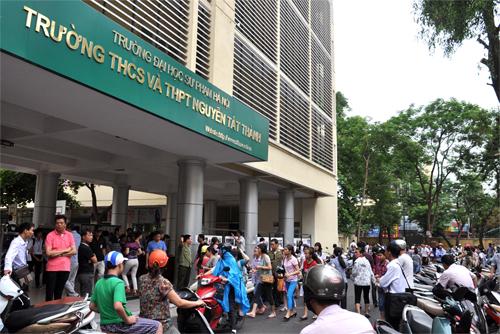 Học sinh chen chân thi vào Trường THCS Nguyễn Tất Thành