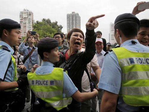 Một phụ nữ Hồng Kông bức xúc vì người mua sắm từ Trung Quốc trong cuộc biểu tình hôm 1-3 Ảnh: AP