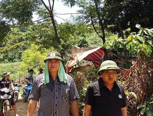 Thiếu tướng Hồ Sỹ Tiến (phải) và Thiếu tướng Đặng Trần Chiêu (trái) tới trực tiếp chỉ huy phá án tại hiện trường trưa ngày 14-8