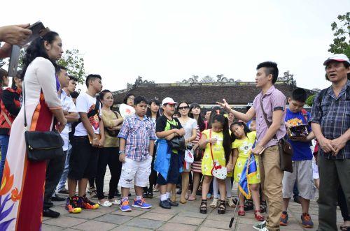 Nguồi dân và khách đi du lịch theo đoàn tha hồ vào Đại Nội vui chơi