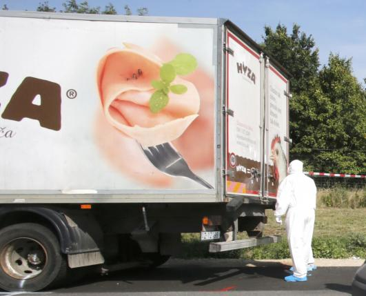 ...với khoảng 50 thi thể trong thùng xe. Ảnh: Reuters