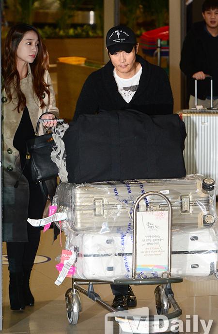 Vợ chồng Lee Byung Hun về đến Hàn Quốc