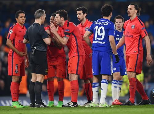 Ibrahimovic nhận thẻ đỏ khiến PSG lâm vào cảnh khó khăn