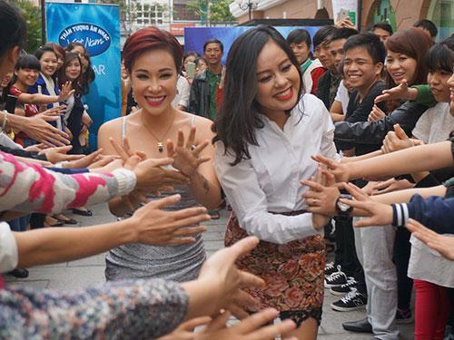 Ca sĩ Uyên Linh (trái) và Hoàng Quyên trong vai trò giám khảo sơ loại Vietnam Idol 2015 - Ảnh: Ân Nguyễn