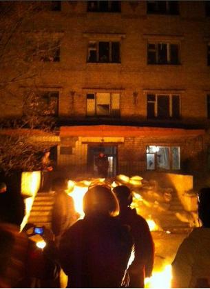 Khu ký túc xá của quân nhân Ukraine bị bao vây. Ảnh: Twitter